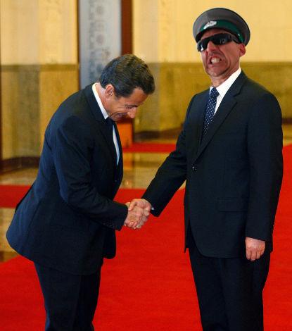 En visite officielle à Paris, Dröne apporte son soutien aux dictateurs opprimés