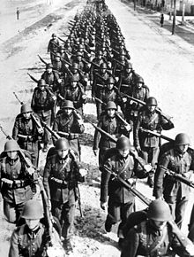 220px-Polish_infantry_marching_-2_1939[1]