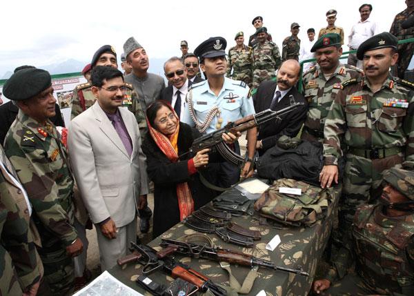 Le marché artisanal de Merzbow : des touristes Indiens essaient des armes légères, fabriquées par les habitants.